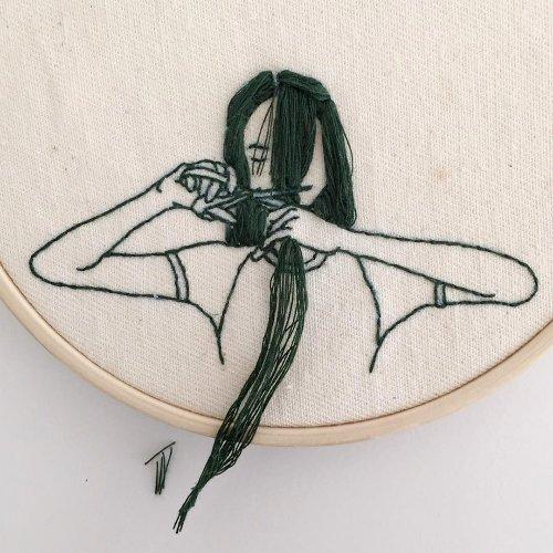 Вышитые изображения девушек с волосами, врывающимися в реальность
