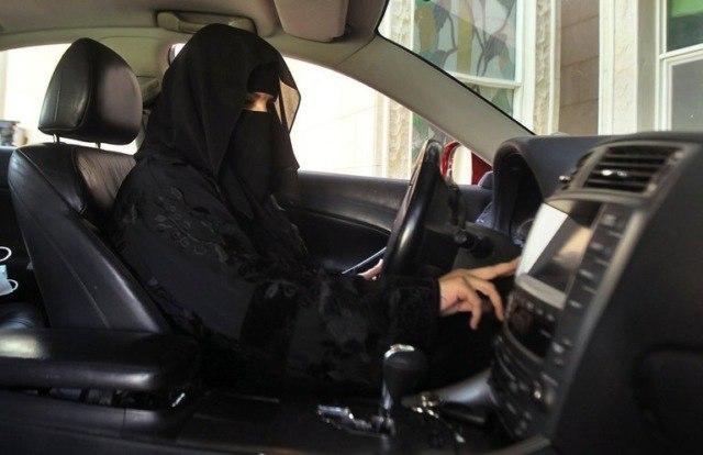 В Саудовской Аравии разрешили женщинам водить автомобили.