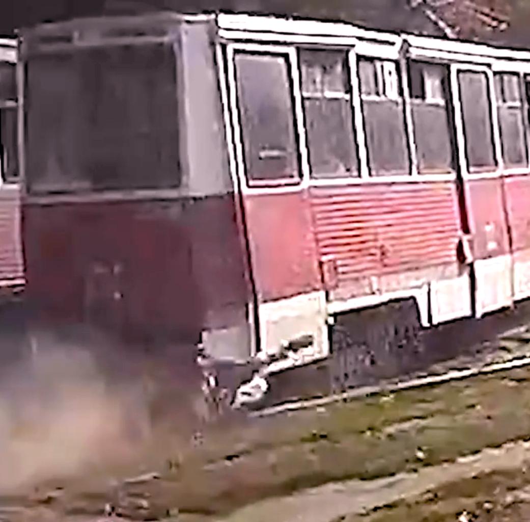 Трамвай тащил зажатого дверью жителя Саратова по земле сотни метров