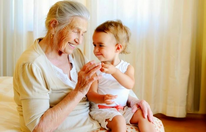 Доказано, что бабушка материнской линии – важнейший человек для наших детей
