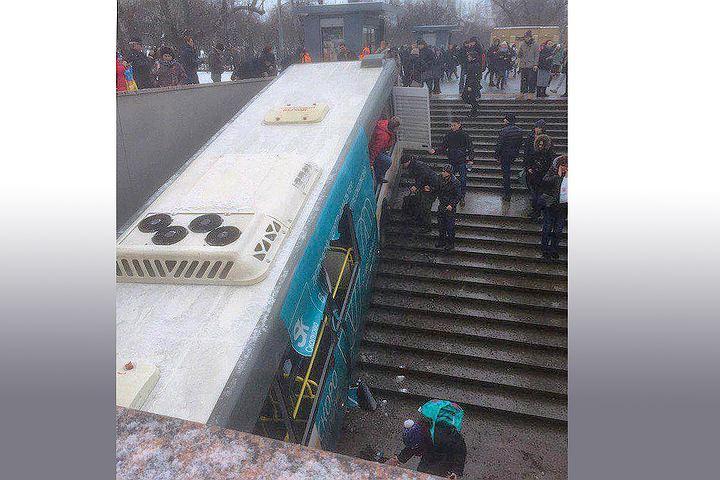 Видео ДТП с автобусом на западе Москвы появилось в сети