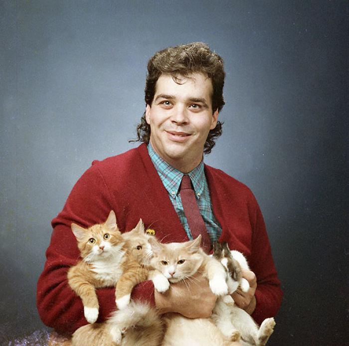10+ Awkward Vintage Photos Of Men Posing With Their Cats