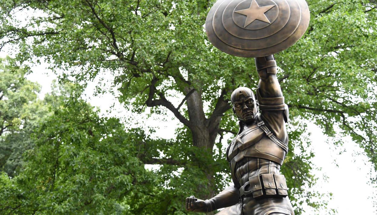 В Нью-Йорке установили бронзовую статую Капитана Америки
