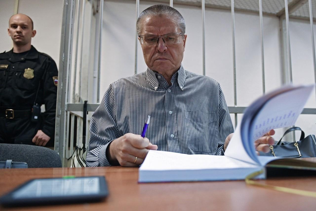 """Следствие: Улюкаев вымогал взятку у Сечина в Гоа, показывая ему """"два пальца"""""""