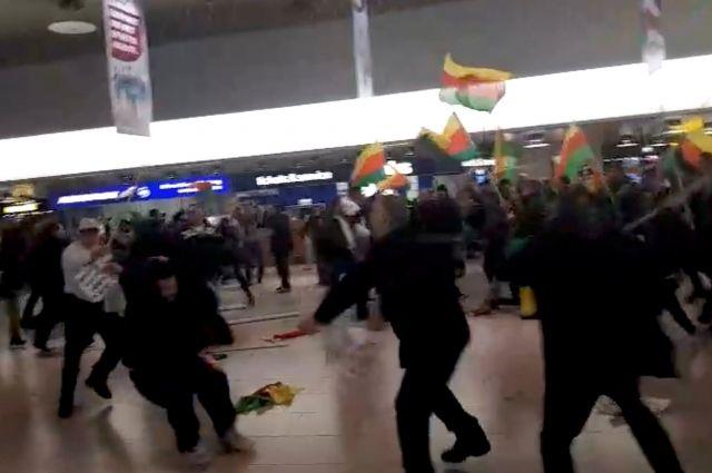 Курды и сторонники Эрдогана устроили драку в аэропорту Ганновера