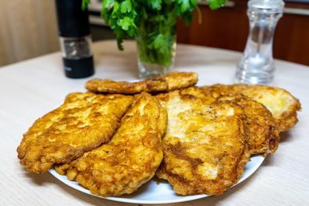 Фото к рецепту: Сочные и мягкие отбивные из куриного филе в кляре