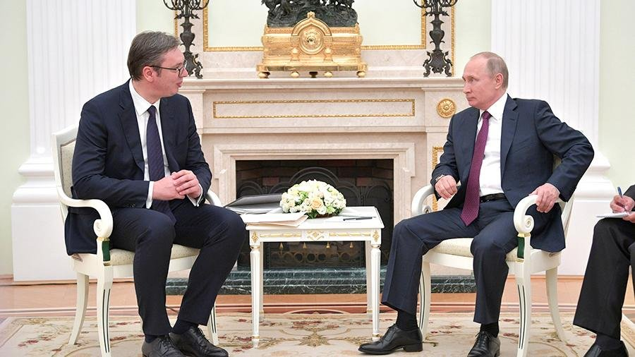 Путин в приятном шоке от подарка, который вручил ему президент Сербии