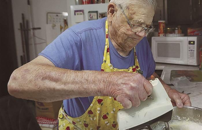 В память об умершей жене 98-летний кулинар печет пироги и раздает их бедным