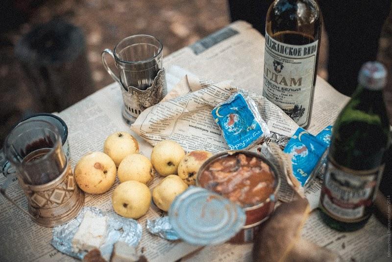 Две бутылки водки, триста грамм докторской колбасы и триста грамм российского сыра.