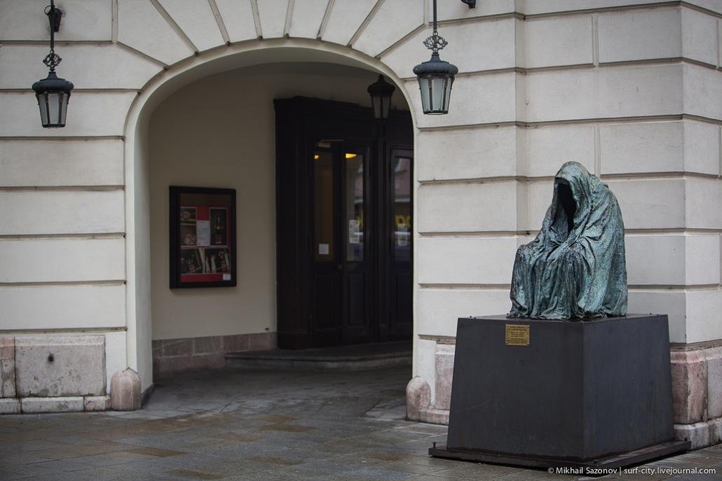 Необычные памятники Праги. Скульптура «Командор» или «Плащ совести»