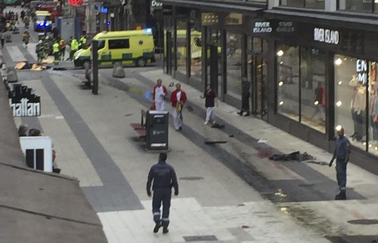 Новый теракт: грузовик врезался в толпу людей в центре Стокгольма