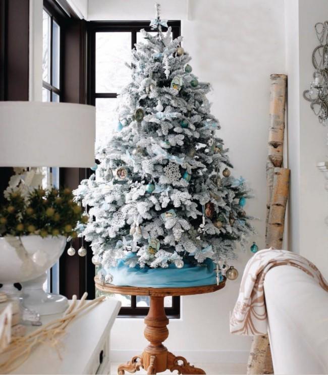 Если у вас недостаточно места для большой елки, можно купить карликовую ель, нарядить ее и поставить на стол