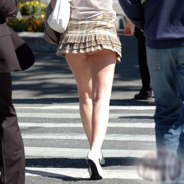 Красотки задирают юбки и трусы 223