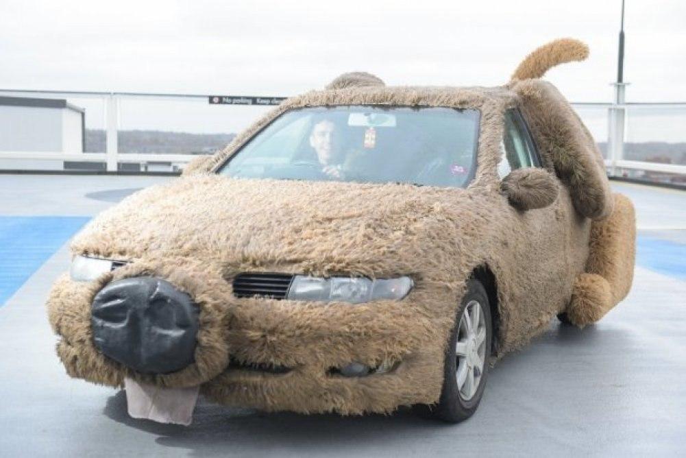 Британец превратил автомобиль в плюшевую собаку, чтобы не подвозить девушку до работы.