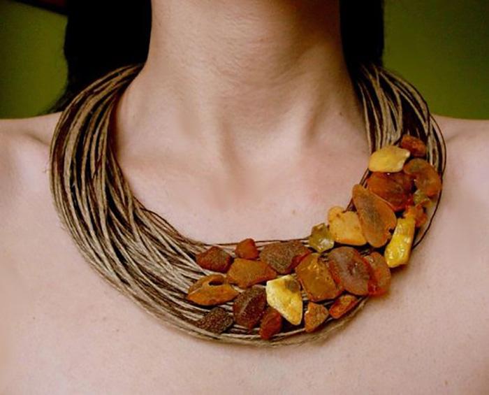 стильное украшение из нитей и камней