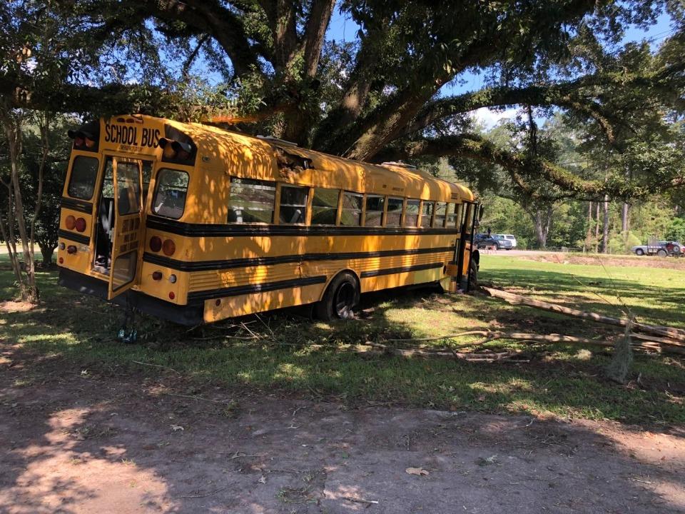 ВЛуизиане 11-летний мальчик угнал школьный автобус иврезался нанем вдерево