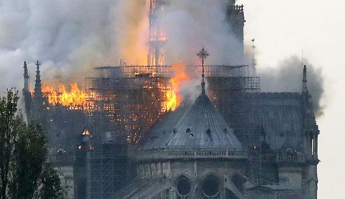 Собор Нотр-Дам почти полностью уничтожен пожаром