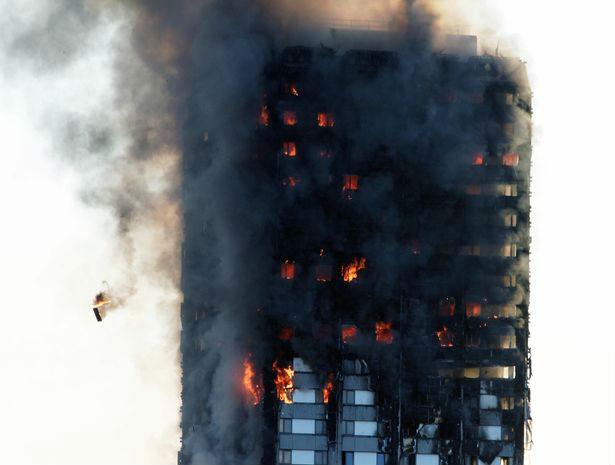 Мама выбросила ребенка из окна горящей башни, чтобы спасти его