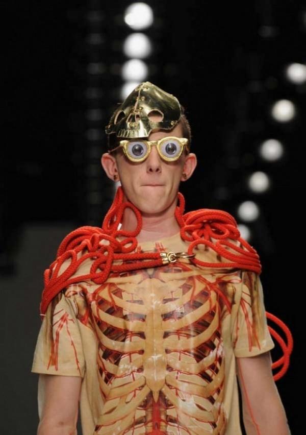 Слишком высокая мода: 17 снимков, доказывающих, что дизайнеры ненавидят мужчин