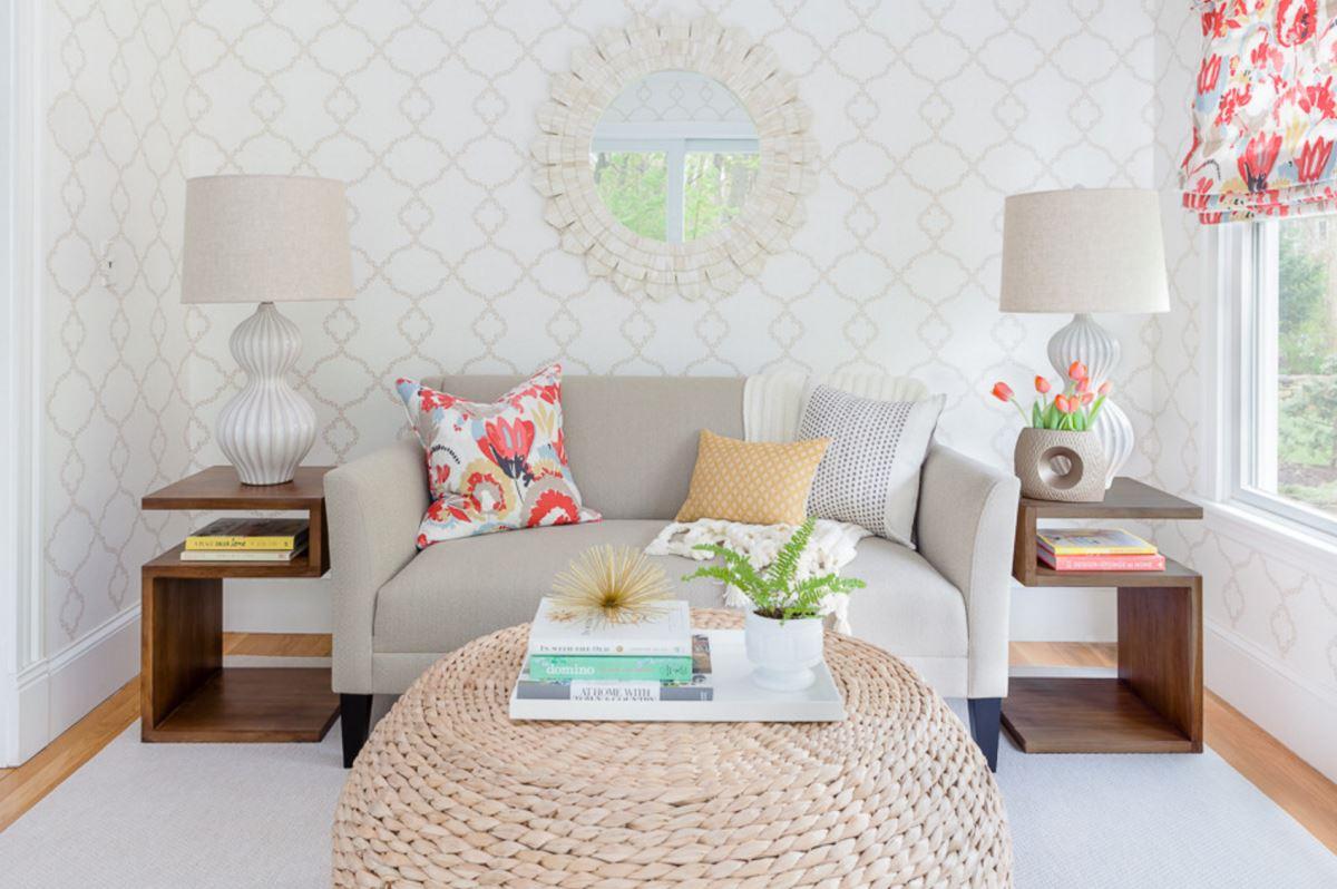 Дизайн пуфов - пуф используется как журнальный столик в гостиной