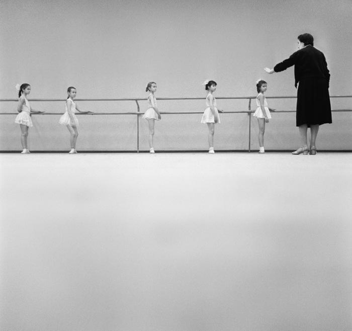 Маленькие девочки-балерины на обучении в классе. 1962 год.
