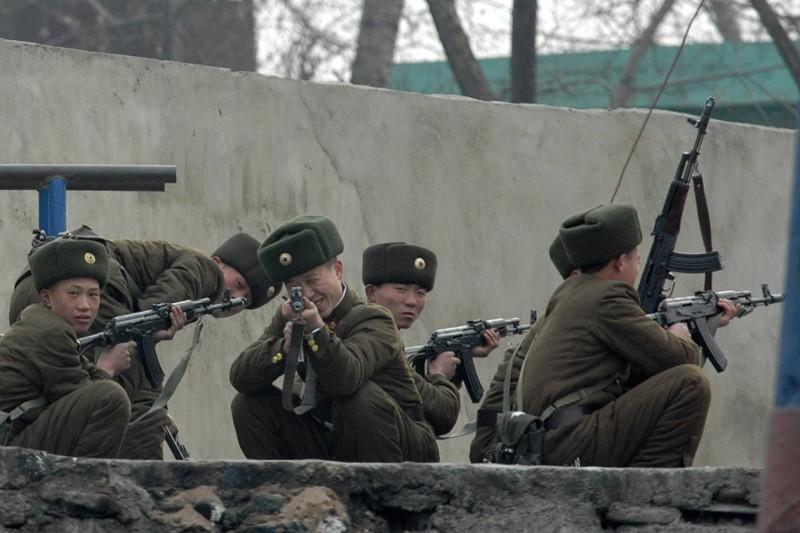 21. Северокорейские солдаты на границе, 19 декабря 2006. (Фото Adam Dean | Reuters): Тоталитаризм, гранциа, китай, севераня корея