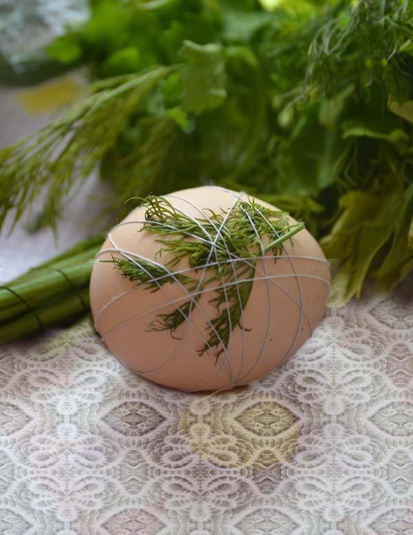 Крашеные яйца с рисунками из листочков укропа и петрушки