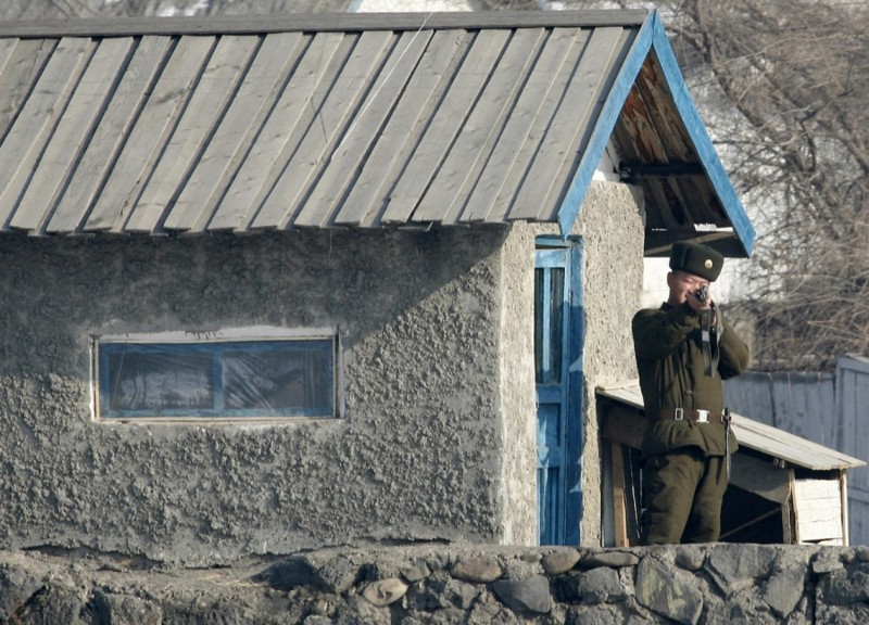 10. Северокорейский пограничник, 1 декабря 2008. (Фото Reinhard Krause | Reuters): Тоталитаризм, гранциа, китай, севераня корея