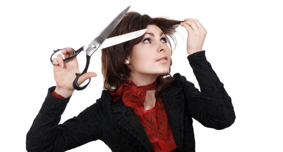 Видео: именитый парикмахер показал, как правильно стричь челку