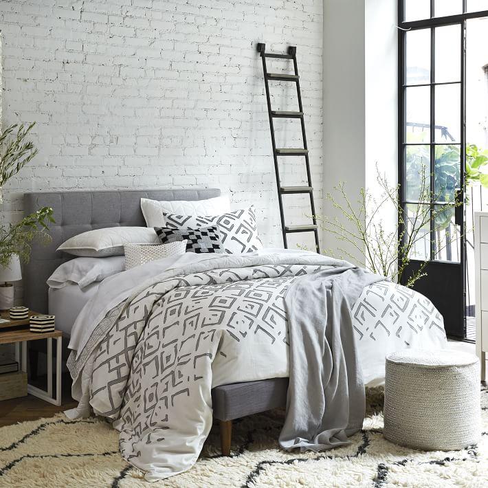 Дизайн пуфов - узорчатый пуф у кровати