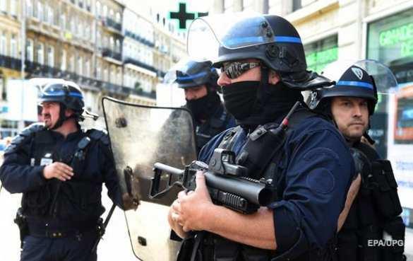 Их нравы: Французская прокуратура несчитаетдействия полицейского сдубинкой изнасилованием