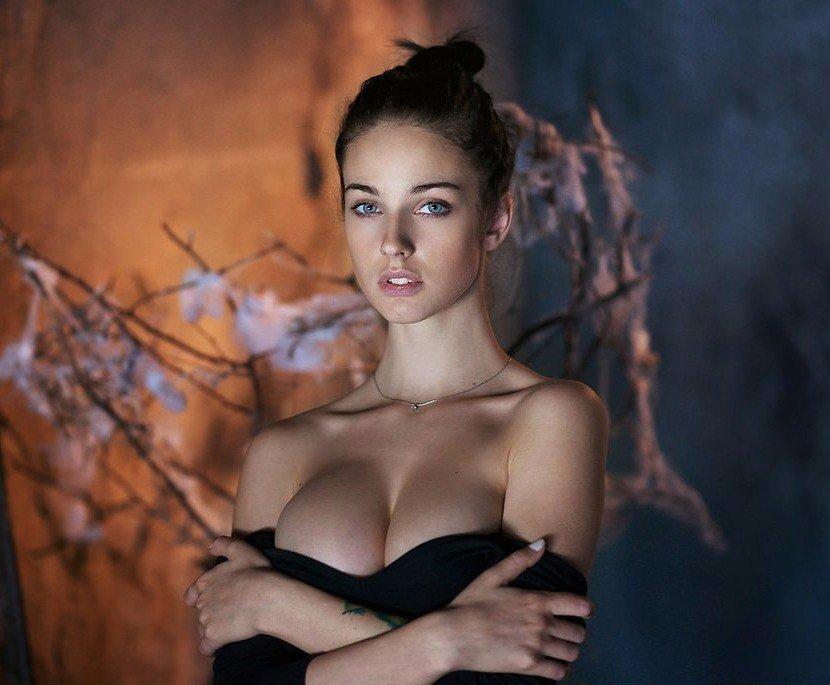 Он сказал, что по форме груди может определить характер...