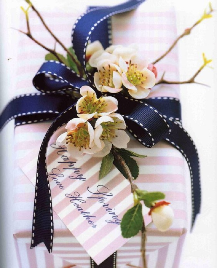 упаковка подарка с цветами
