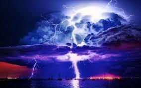 За счёт чего происходят молнии.