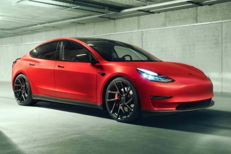Автомобили Tesla научились ездить по парковкам без водителя