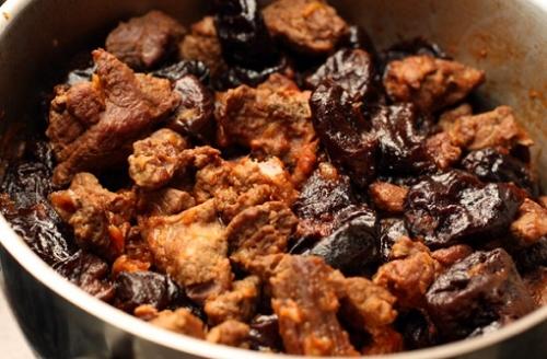 говядина по-кубански с черносливом