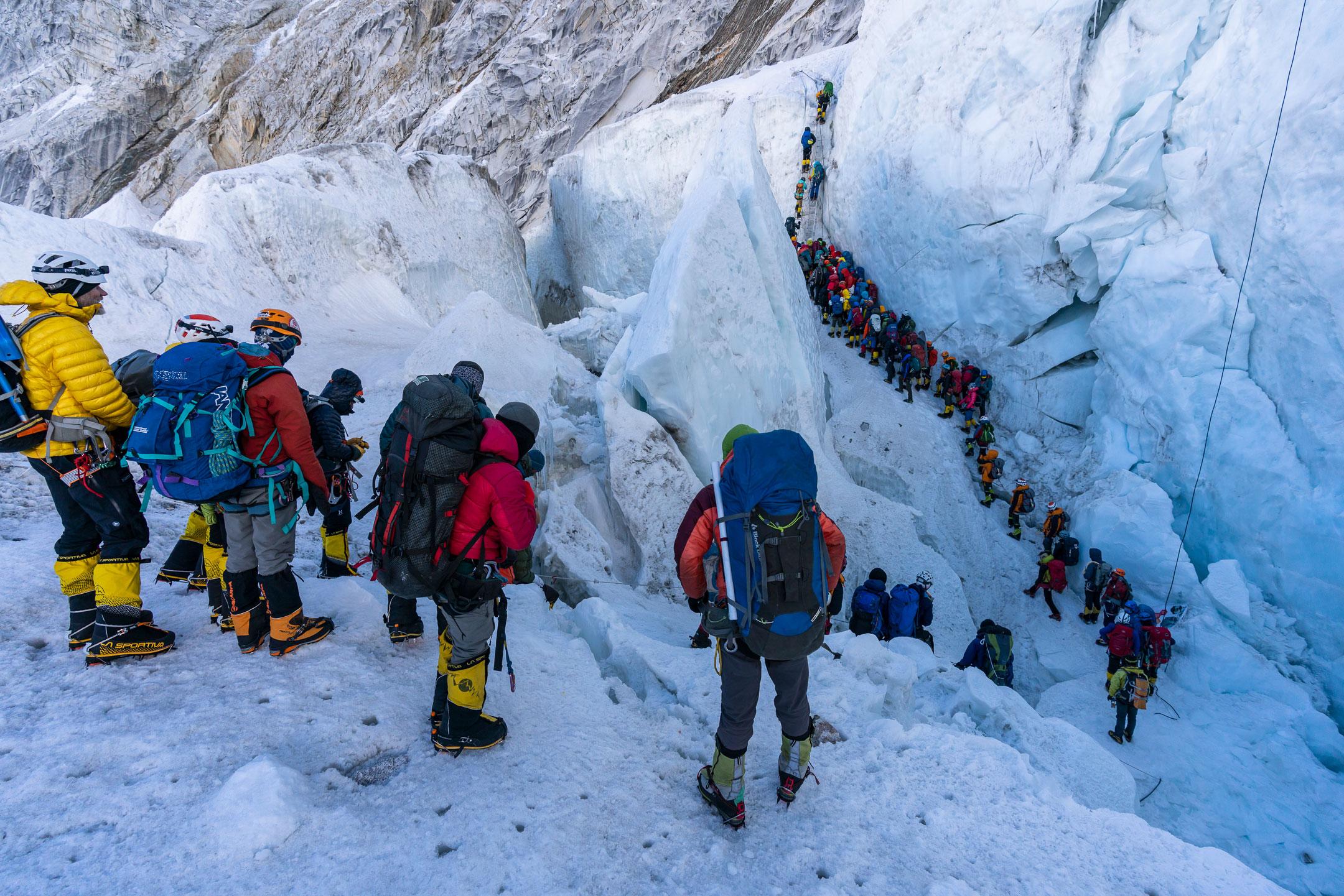 Очереди из альпинистов на Эвересте