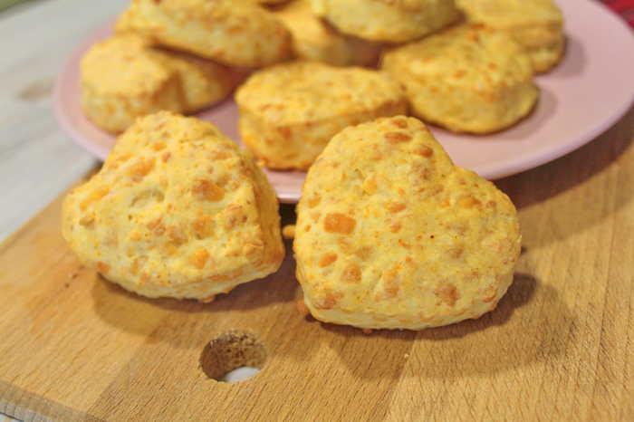 Сырные булочки-сконы. Вкусная выпечка к завтраку. Еда, Рецепт, Видео рецепт, Булочки, Сырные булочки, Выпечка, Сконы, Выпечка с сыром, Видео, Длиннопост