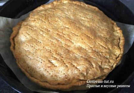Пирог с творогом, колбасой и сыром