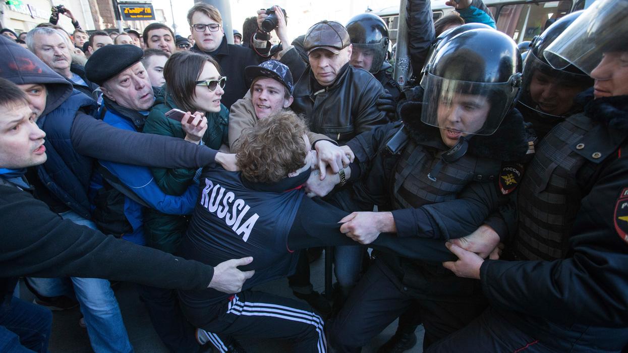 """Марш Навального: """"Массой детей прикрываются. А дальше - боевики..."""""""