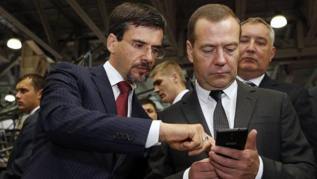 Медведеву подарили импортозамещенный телефон