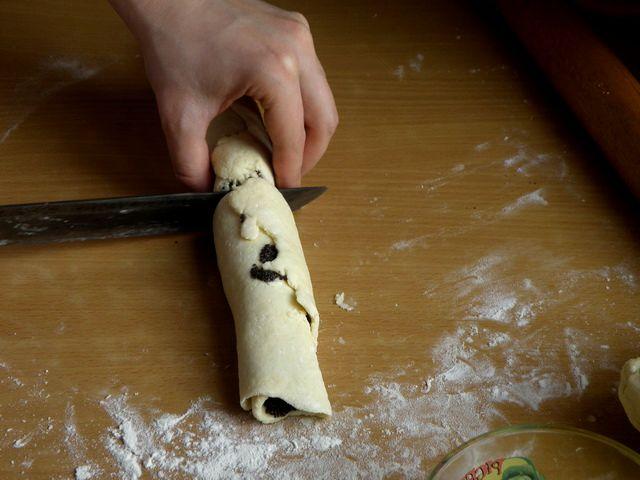 Разрезаем рулет на примерно равные части. пошаговое фото приготовления творожного печенья