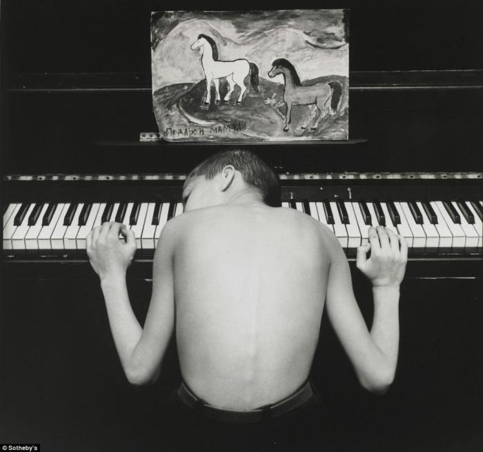 Снимок Евгения Мохорева «Азис» относится к серии «Подростки Санкт-Петербурга». Он был сделан в 1996 году и теперь, вместе с еще семью работами автора, продан за 5 000 фунтов стерлингов.
