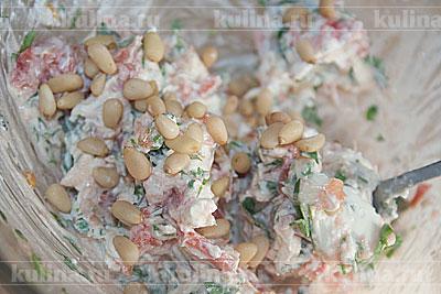 Добавить кедровые орехи и перемешать. Посолить по вкусу.