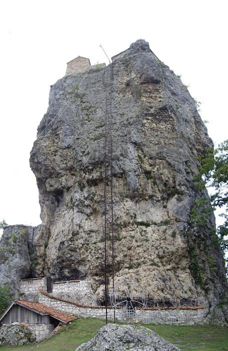 Крест у подножия скалы.