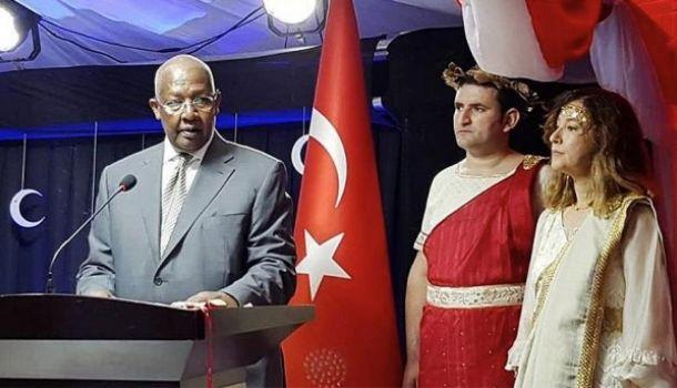 Привет Эрдогану: турецкий посол отметила День Республики в древнегреческих одеждах