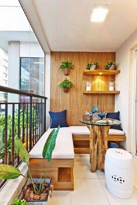 Хорошенький вариант обустроить балкон и создать все условия для отдыха на нем.