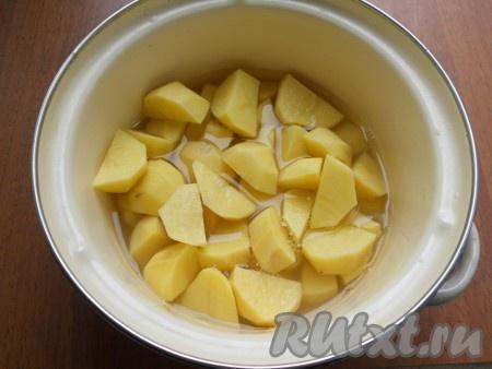 Для приготовления начинки картофель очистить, нарезать в кастрюлю, залить водой.