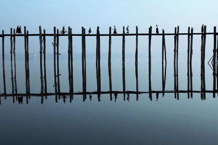 Отражение деревянного моста, который соединяет берега озера Таунтоме.