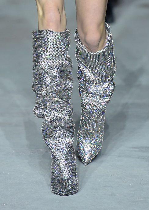 «Сломанные» каблуки, блестки и разноцветные сапоги: обувь, которую мы будем носить в ближайшее время